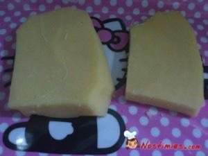 Κόβουμε το τυρί σε 2 κομμάτια, σε ίσια περίπου μέρη.