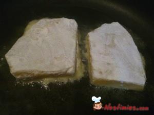Τινάζουμε τα αλευρωμένα κομμάτια για να φύγει το περιττό αλεύρι και τα ρίχνουμε σε καυτό λάδι που έχουμε βάλει ήδη στο τηγάνι.