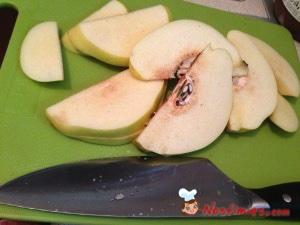 Αφού τα καθαρίσουμε, τα κόβουμε με μεγάλο μαχαίρι στα τέσσερα. Τους βγάζουμε την φλούδα και μετά τα κόβουμε σε φέτες.