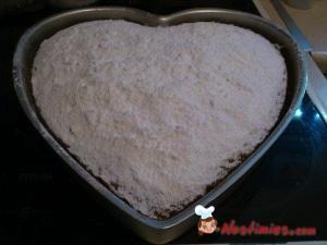 Μόλις το βγάλουμε και είναι πολύ ζεστό, ρίχνουμε την ζάχαρη άχνη για να απορροφηθεί και να σταθεί καλλίτερα. Ένας εύκολος τρόπος για να πάει ομοιόμορφα παντού η ζάχαρη, είναι να χρησιμοποιήσουμε ένα μικρό σουρωτήρι. Αν θέλετε, μπορείτε να χαράξετε στην αρχή με το μαχαίρι την ζάχαρη και να κόψετε κάποια κομμάτια σε καρδούλες.