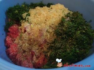 Σε μία λεκάνη, βάζουμε τον κιμά, το ρύζι αφού το έχουμε πλύνει καλά, το κρεμμύδι, τον άνηθο, τον δυόσμο, το αλατοπίπερο και τα ασπράδια από τα αυγά. Τους κρόκους τους κρατάμε και θα τους χρησιμοποιήσουμε αργότερα για το αυγολέμονο.