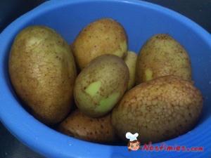 Βουρτσίζουμε τις πατάτες στεγνές (όταν βραχούν βουρτσίζονται δύσκολα), για να φύγει το χώμα και να μείνουν καθαρές.