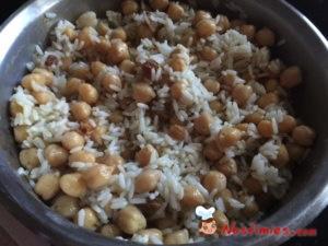 ρεβύθια με ρύζι και σταφίδες